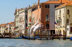 Venetië - Mening van waterstraat aan oude gebouwen Stock Foto's