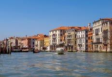 Venetië - Mening van waterstraat aan oude gebouwen Stock Foto