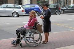 VENETIË, 29 MESTRE-Juni, 2014: Jonge vrouw die een oude vrouw i duwen Stock Afbeeldingen