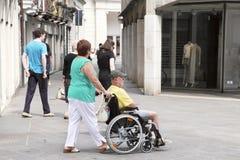 VENETIË, 29 MESTRE-Juni, 2014: Vrouw die een hogere man in een wh duwen Royalty-vrije Stock Foto's