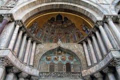 Venetië, mozaïek bij de ingang van de basiliek stock foto