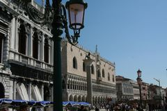 Venetië, Palazzo Ducale en straatlantaarn stock afbeelding