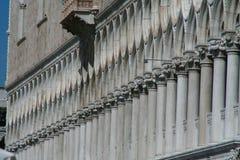 Venetië, Palazzo Ducale, perspectief van de kolommen stock afbeeldingen