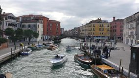 Venetië, Santa Lucia The Train-de postbouw van het Gran-Kanaal stock videobeelden