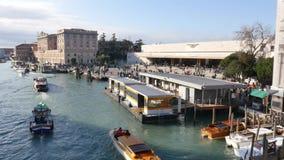 Venetië, Santa Lucia The Train-de postbouw van het Gran-Kanaal stock footage