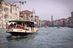 Venetië, Snaly Vaporetto met passagiersvlotters op het Grote kanaal (Kanaal Grande) Stock Foto's