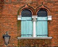 Venetië, twee gerichte boogvensters op een bakstenen muur Stock Afbeelding