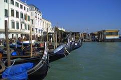 Venetië vastgelegde gondels stock foto's