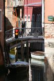 Venetië, verkeerslicht op het kanaal stock fotografie