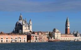 Veneti?, Itali? Een mening van het Eiland Dorsoduro dat uit Giudecca-Kanaal wordt genomen royalty-vrije stock afbeeldingen