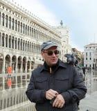 Veneti?, Itali? Een toerist bij het spelen van San Marco met lokale duiven stock foto