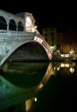 Venetië, Rialto Brug bij nacht, Italië Royalty-vrije Stock Afbeelding