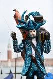 Venetiaans gemaskeerd model van Venetië Carnaval 2015 met Gondel Royalty-vrije Stock Afbeeldingen