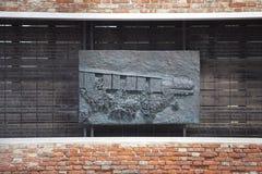 Venetiaans Getto, muur met gesneden hulp op bronsplaat, herdenkings aan Venetiaanse Joden, Venetië, Italië royalty-vrije stock afbeeldingen