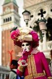 Venetiaans masker modelCarnival 2016 San Marco Square Stock Afbeeldingen