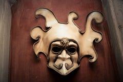 Venetiaans masker op een bruine muur Stock Foto
