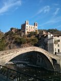 Venetiaans-stijlbrug in Dolceaqua, Italië Royalty-vrije Stock Afbeeldingen