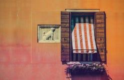 Venetiaans venster op de achtergrond van een steenmuur stock fotografie