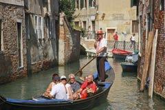 Venetiaanse gondelier die door cellphone spreekt Stock Afbeelding