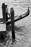 Venetiaanse gondelier terwijl het wachten in zijn gondel Stock Foto