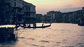 Venetiaanse gondelroeiers stock video