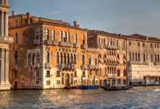Venetiaanse Paleizen en gondel bij het Kanaal Grande Royalty-vrije Stock Fotografie