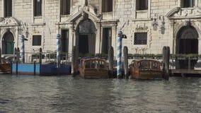 Venetiaanse polen en boten in Palazzo Balbi in Venetië