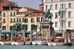 Venetiaanse Promenade met Water Taxis Stock Afbeeldingen