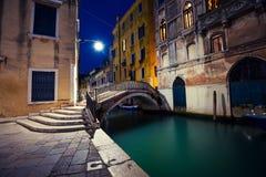 Venetiaanse straat in de nacht stock foto's