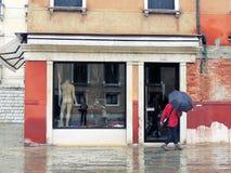 Venetiaanse straten van het toeristenseizoen Stock Foto