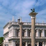 Venetiaanse symbolen van het Teken en Heilige Theodorus II van Heilige De kolommen zijn geïnstalleerd op het vierkant van St Teke Royalty-vrije Stock Afbeeldingen