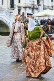 Venetiaanse Vrouw die - Venetië Carnaval 2014 dansen Stock Afbeeldingen