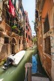 Venetial kanal och grotesk byggnad arkivfoto