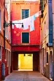 Venetian borggård med att torka linne royaltyfria bilder