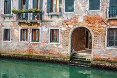Venetian byggnader och fartyg längs den stora kanalen, Venedig, Italien Arkivbilder