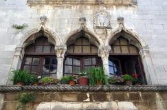 Venetian fönster i Porec, Kroatien Arkivfoto
