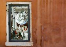 Venetian fönster med reflexioner och den inverterade spegeln Royaltyfri Bild
