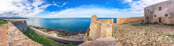 Venetian forteca Fortezza na wzgórzu przy starym miasteczkiem Rethimno, Crete zdjęcie stock