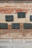Venetian getto, vägg med sned lättnader på bronsplattor, minnesmärke till Venetian judar, Venedig, Italien Royaltyfri Bild