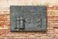 Venetian getto, vägg med sniden lättnad på bronsplattan, minnesmärke till den Venetian juden, Venedig, Italien Arkivfoto