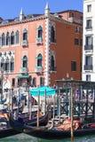 Venetian gondoljärer på marina av gondolerna, Grand Canal italy venice Royaltyfria Foton