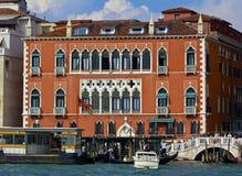 Venetian hotell längs den storslagna kanalen arkivfoton