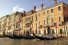 Venetian hus och gondol på Grand Canal, Venedig, Italien Arkivbilder