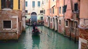 Venetian kanal med forntida hus och fartyg stock video
