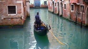 Venetian kanal med forntida hus och fartyg lager videofilmer