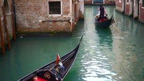 Venetian kanal med forntida hus och fartyg arkivfilmer
