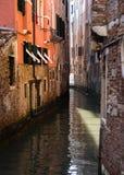 Venetian kanal- och vattenreflexion Arkivbilder