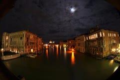Venetian kanal på natten Royaltyfria Foton
