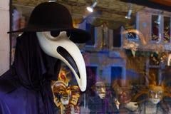 Venetian karnevalmaskering i ett shoppafönster Fotografering för Bildbyråer