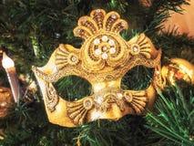 Venetian karnevalmaskering på julträd Bakgrund för ` s för jul och för nytt år Julgran boll, stearinljus, maskering Arkivbild